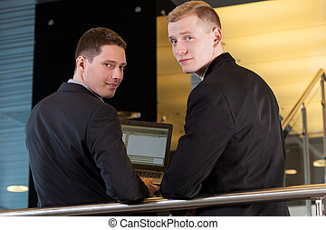 trabalhadores escritório, usando computador portátil