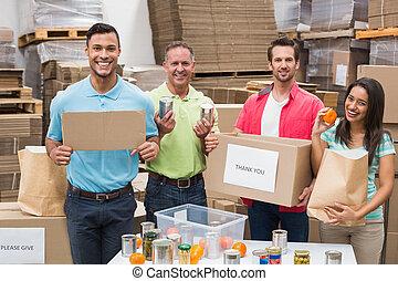 trabalhadores, fazendo malas, doação, caixas, armazém