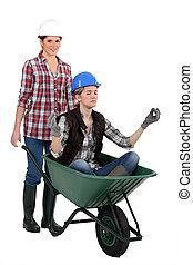 trabalhadores, mulheres, jovem, carrinho de mão