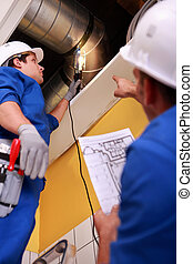 Trabalhadores, ventilação, sistema, inspeccionando, dois