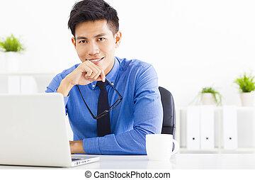 trabalhando escritório, jovem, negócio, homem sorridente