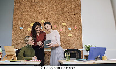 trabalhando, escritório, mulheres