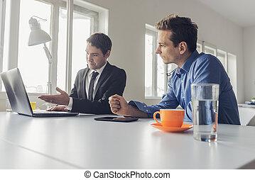 trabalhando escritório, sentando, dois, junto, homens negócios, escrivaninha