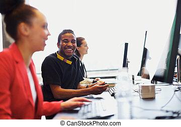 trabalhando, estudantes, computadores, jovem, outro, estudante, classe