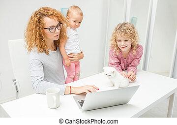 trabalhando, laptop, junto, .mother, adotado, usando, crianças