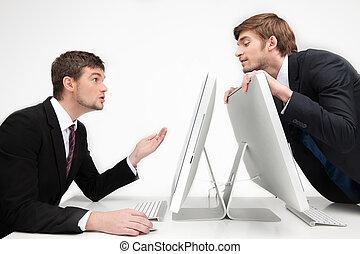 trabalhando, negócio, pessoas, argumentar, zangado, sentando, dois, jovem,  Peeking, enquanto, lugar, homem negócios