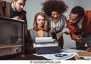 trabalhando, newsroom, multicultural, cinzento, isolado, retro, denominado, amigos