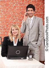 trabalhando, restaurante, laptop, pessoas, jovem, esperto