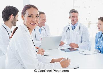 trabalhando, sorrindo, junto, doutores