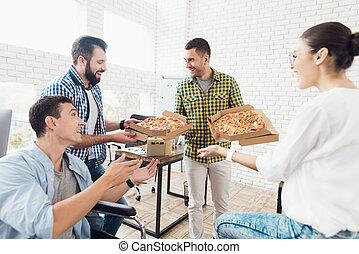 trabalho, comer, pizza., escritório, escritório., trabalhadores, modernos, luminoso, eles, cadeira rodas, homem