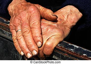 trabalho duro, mãos, de, um, senhora velha