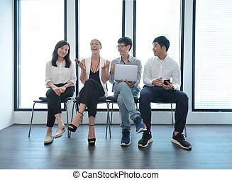 trabalho equipe, de, negócio internacional, pessoas, levando, para, um ao outro, em, escritório, multi étnico