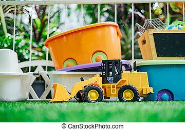 tracktor, automóvil de juguete, con, juguete, cajas, en el jardín