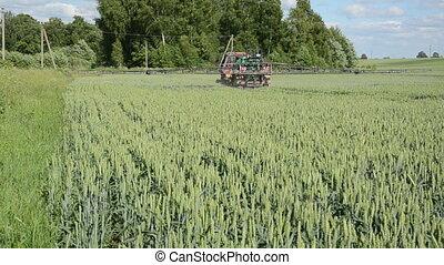 tractor fertilize field