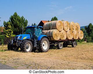 tractor, y, vagón, cargado, con, heno amontona, durante,...