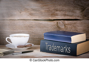 trademarks., pilha livros, ligado, escrivaninha madeira
