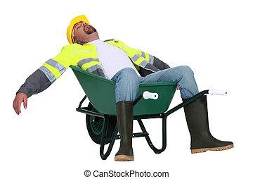 tradesman, adormecido, em, um, carrinho de mão