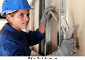 tradeswoman, installera, elektriskt binda