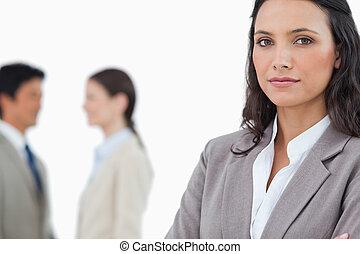 tradeswoman, s, mluvící, kolega, pozadu, ji
