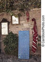 tradicional, alfombra, (carpet), y, antigüedad, espejos, ser, colgado, en, viejo, pared de piedra, en, pueblo viejo, de, cunda, (alibey), island., azul, puerta de madera, es, leaned.
