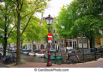 tradicional, holandés, bicicleta, estacionado, en, canal, en, amsterdam