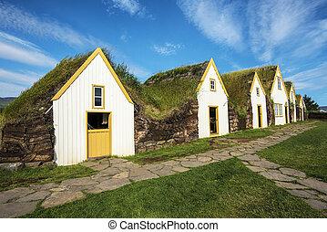 Traditional Icelandic turf houses in Glaumbaer farm in ...