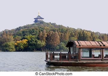 Traditional ship on the Xihu (West lake), Hangzhou, China -...
