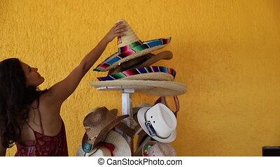 traditionnel, mexicain, femme, cueillette, sombrero, piles, chapeaux, vidéo