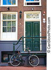 tradycyjny, holenderski, rower, zaparkował, na, blisko, ceglana ściana, w, amsterdam