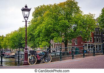 tradycyjny, holenderski, rower, zaparkował, na, kanał, w, amsterdam