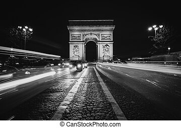 Traffic on Avenue des Champs-E?lyse?es and the Arc de Triomphe at night in Paris, France.