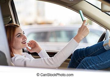 trafic, jonc, selfies, téléphone, heure, séance, elle, voiture, prendre, jeune, roux, chauffeur, derrière, jam., femme, roue, mobile