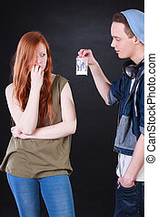 traficante de drogas, y, adicto, adolescente