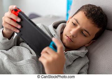 tragbar, während, junge, sofa, spiele trösten, liegen, spiele, video