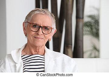 tragen, ältere frau, brille