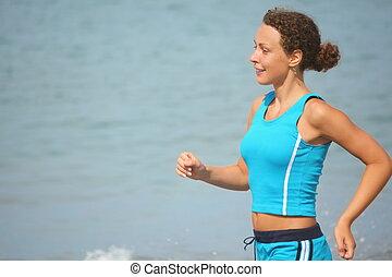 tragen, clothers, frau, sportliche , fokus., rennender , meer, water., lächeln, heraus
