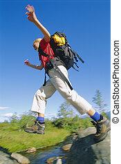 tragen, frau, rucksack, junger, springen, fluß, über