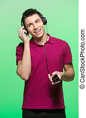tragen, hübsch, music., junger, kopfhörer, t-shirt, attraktive, zuhören, mann, rotes , mann