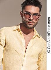 tragen, hübsch, sonnenbrille, junger mann