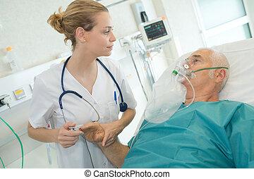 tragen, patient, sauerstoff, doktor, maske, schauen, seniorin, mann