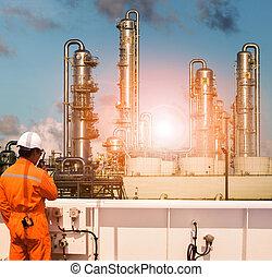 tragen, schwer , pflanze, petrochemisch, arbeitende , industriebereiche, sprechende , sicherheitsklage, radio, mann