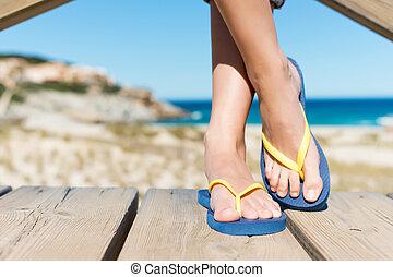 Tragen, stehende, frau, badelatschen, spaziergang, während,...