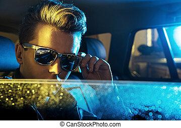tragende sunglasses, modern, junger, kerl, hübsch