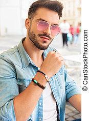 tragende sunglasses, sitzen, attraktive, porträt, beiläufig, rotes , mann