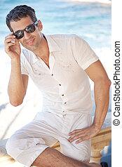 tragende sunglasses, sonnig, junger, tag, mann