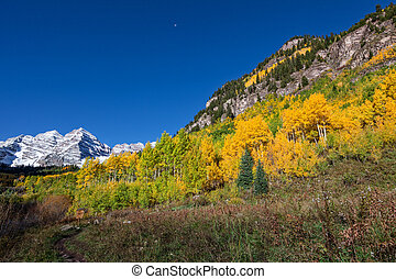 Trail to the maroon Bells in Fall
