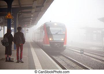 train, brouillard, arrivée