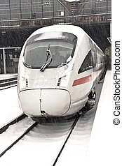 train grande vitesse, dans, station, dans, hiver