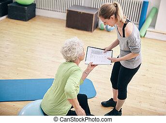 trainer, frau, persönlich, schauen, plan, älter, übung