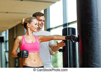 trainer, frau, persönlich, turnhalle, boxen, lächeln
